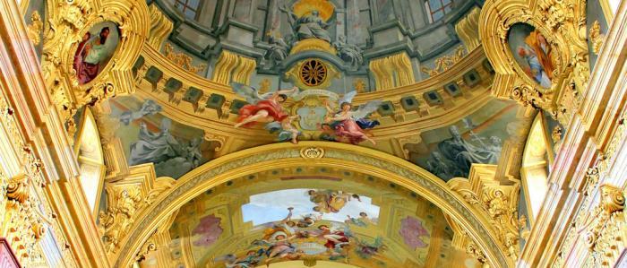 plafond met bogen in kerk