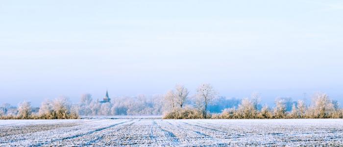winters landschap met kerkje
