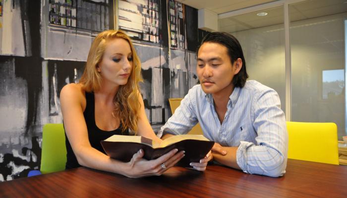 lezende jongeren