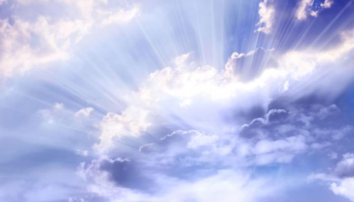 stralend blauwe lucht met wolken