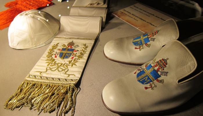 kalot, stola en schoenen van de paus