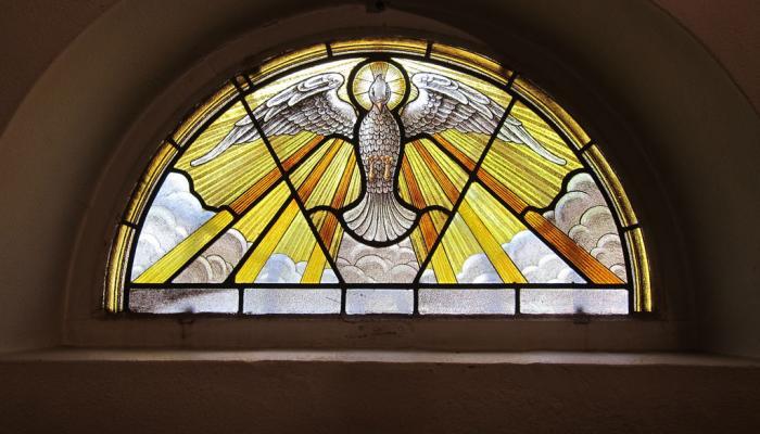 glas-in-lood raam met afbeelding van de Heilige Geest
