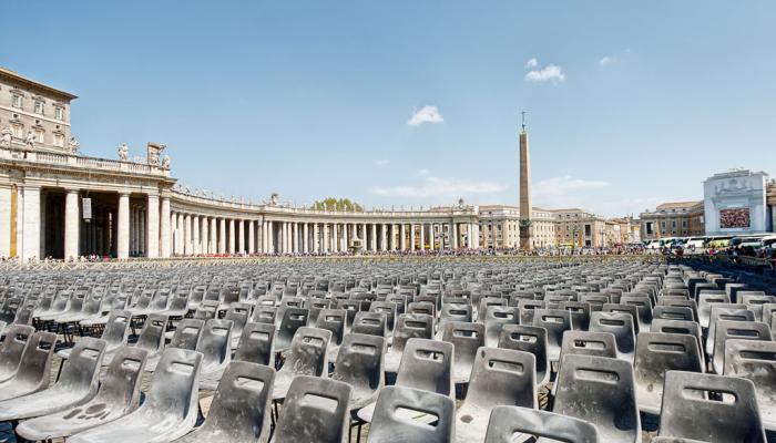 Sint Pietersplein vol met lege stoelen