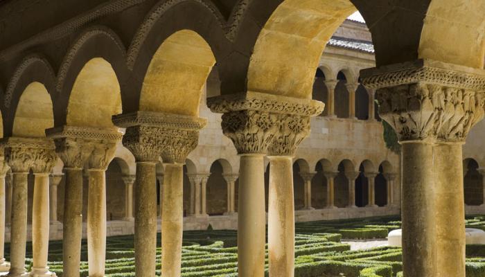kloostergang met binnentuin