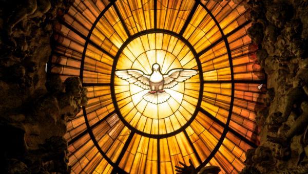 glas-in-lood raam in de Sint Pieter met daarop de heilige geest